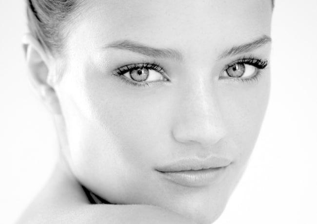 donna con bella pelle dopo peeling chimico